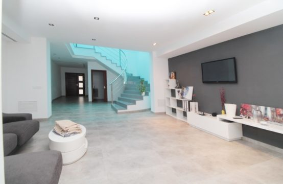 Neuwertiges modernes Stadthaus mit Pool und Garage | Ref.: 12475